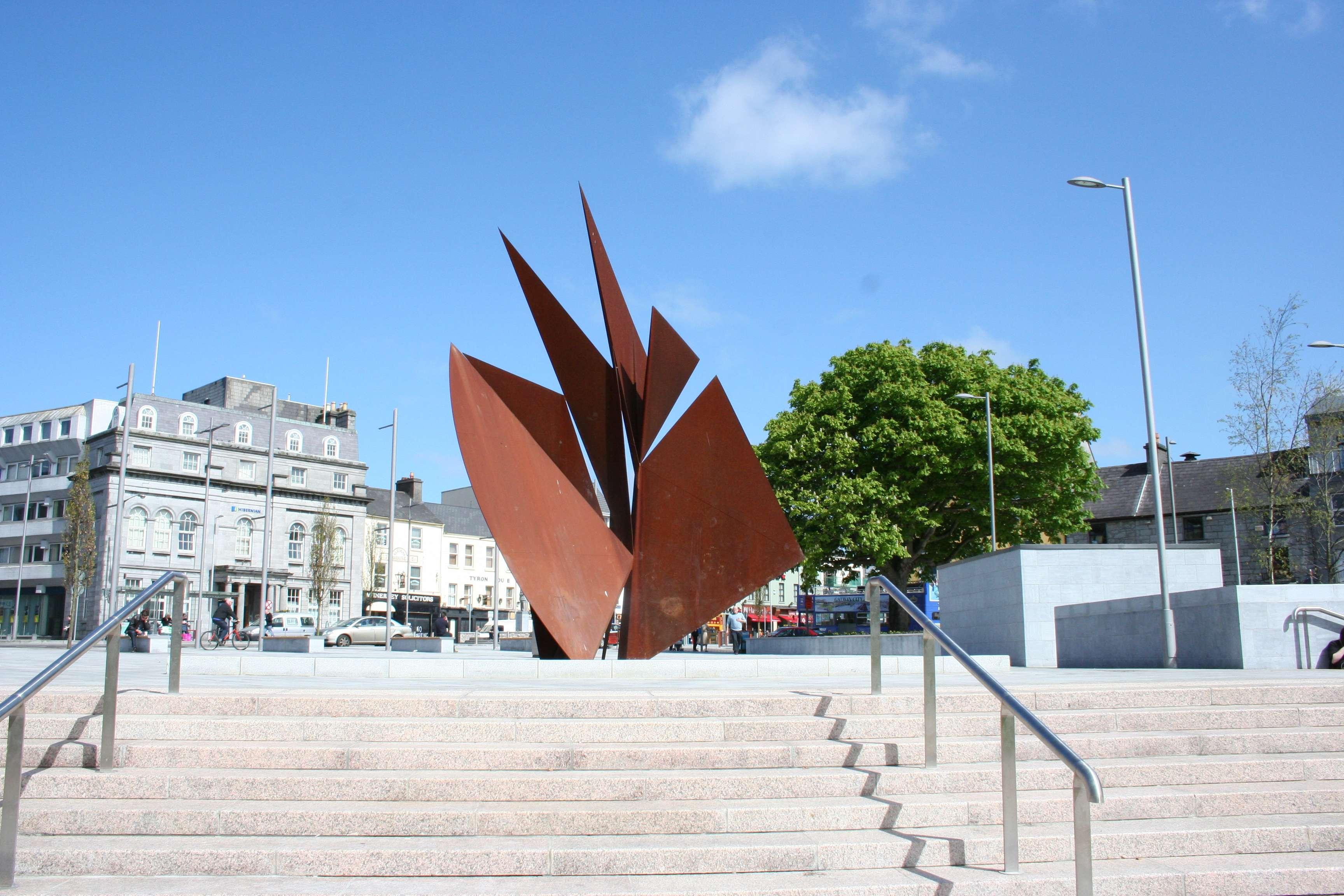 022 Sculpture représentant les voiles des Hookers, Eyre Square, Galway le 28 04