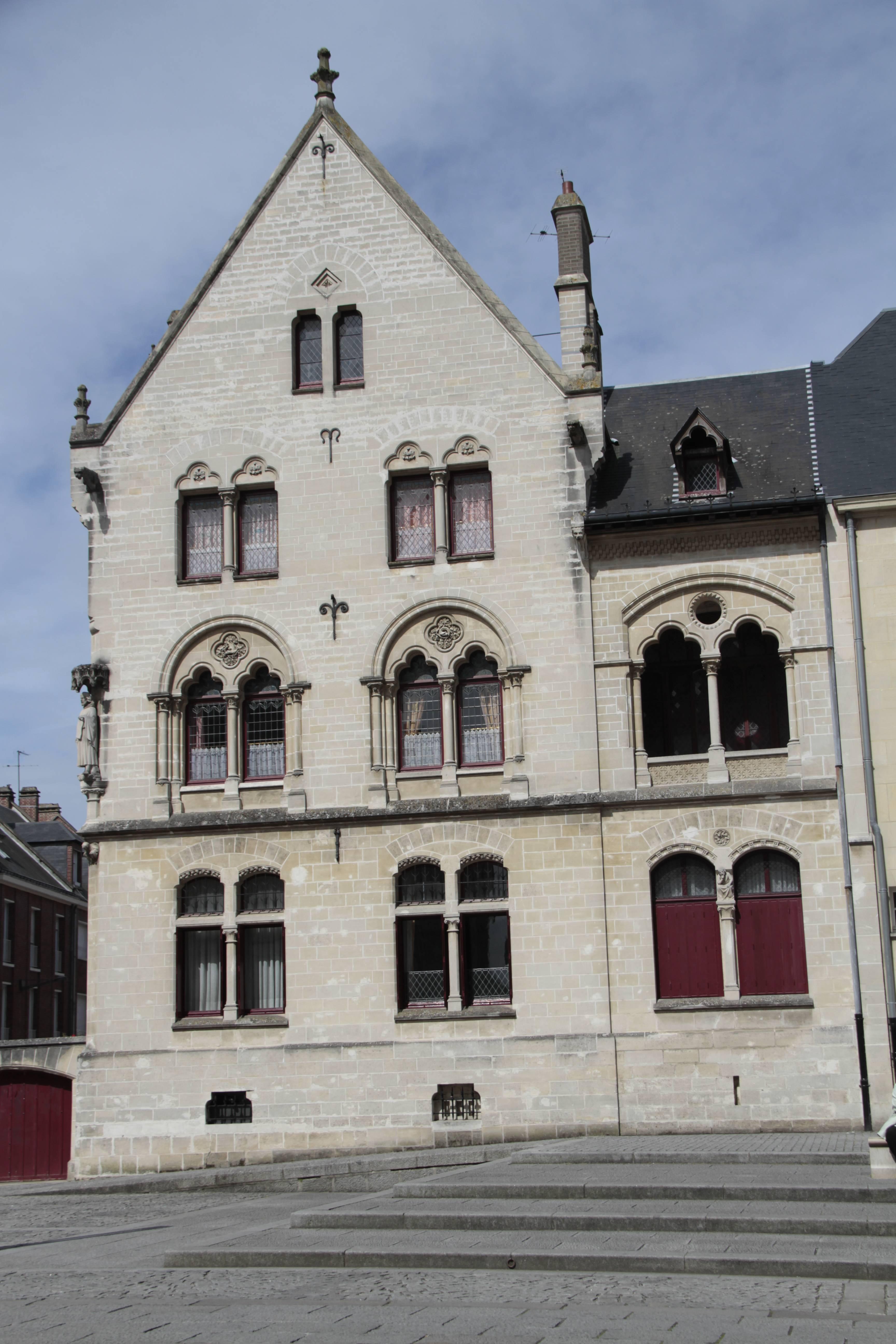 Baie de Somme mai 2015_0007 Amiens place Notre Dame