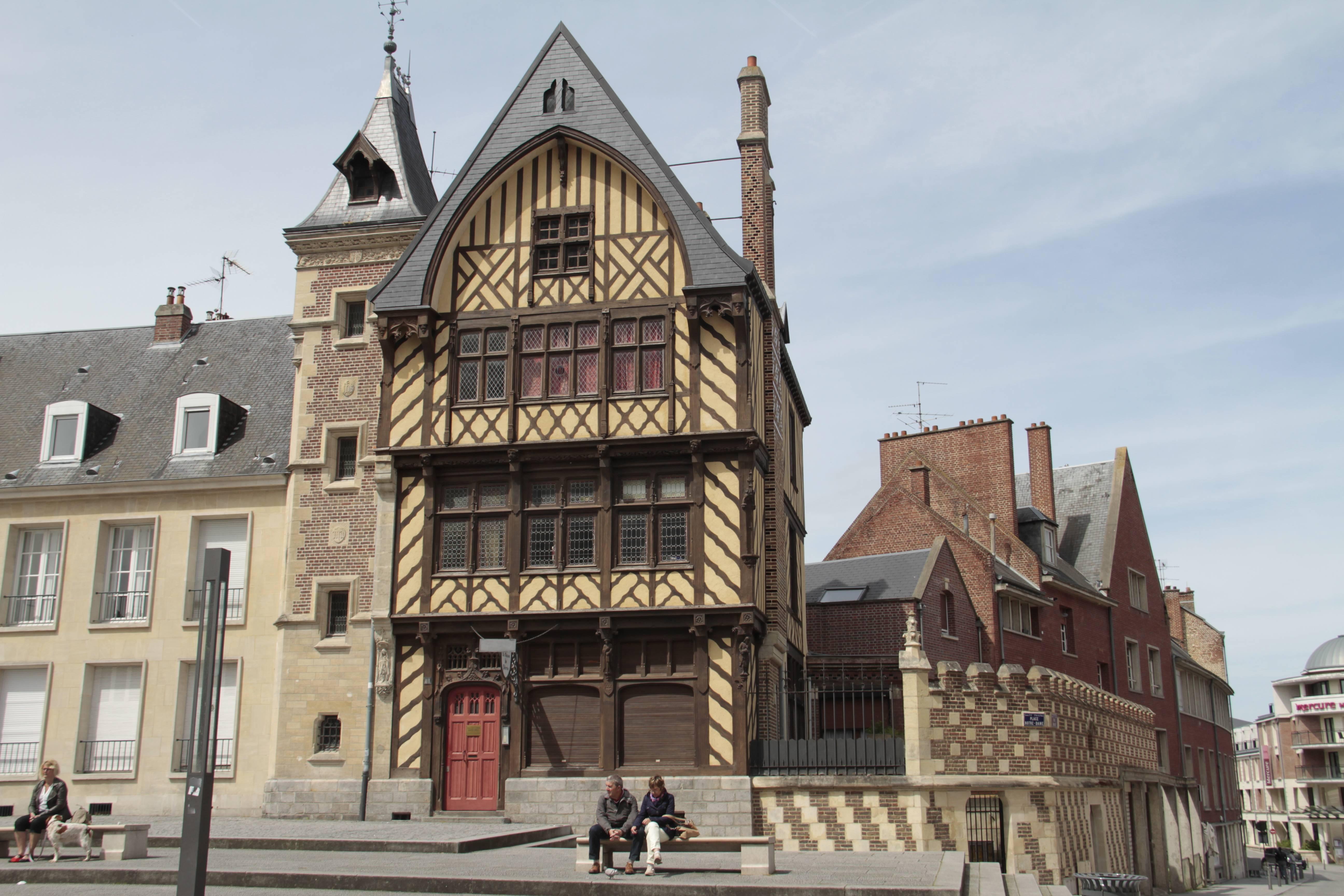 Baie de Somme mai 2015_0013 Amiens place Notre Dame