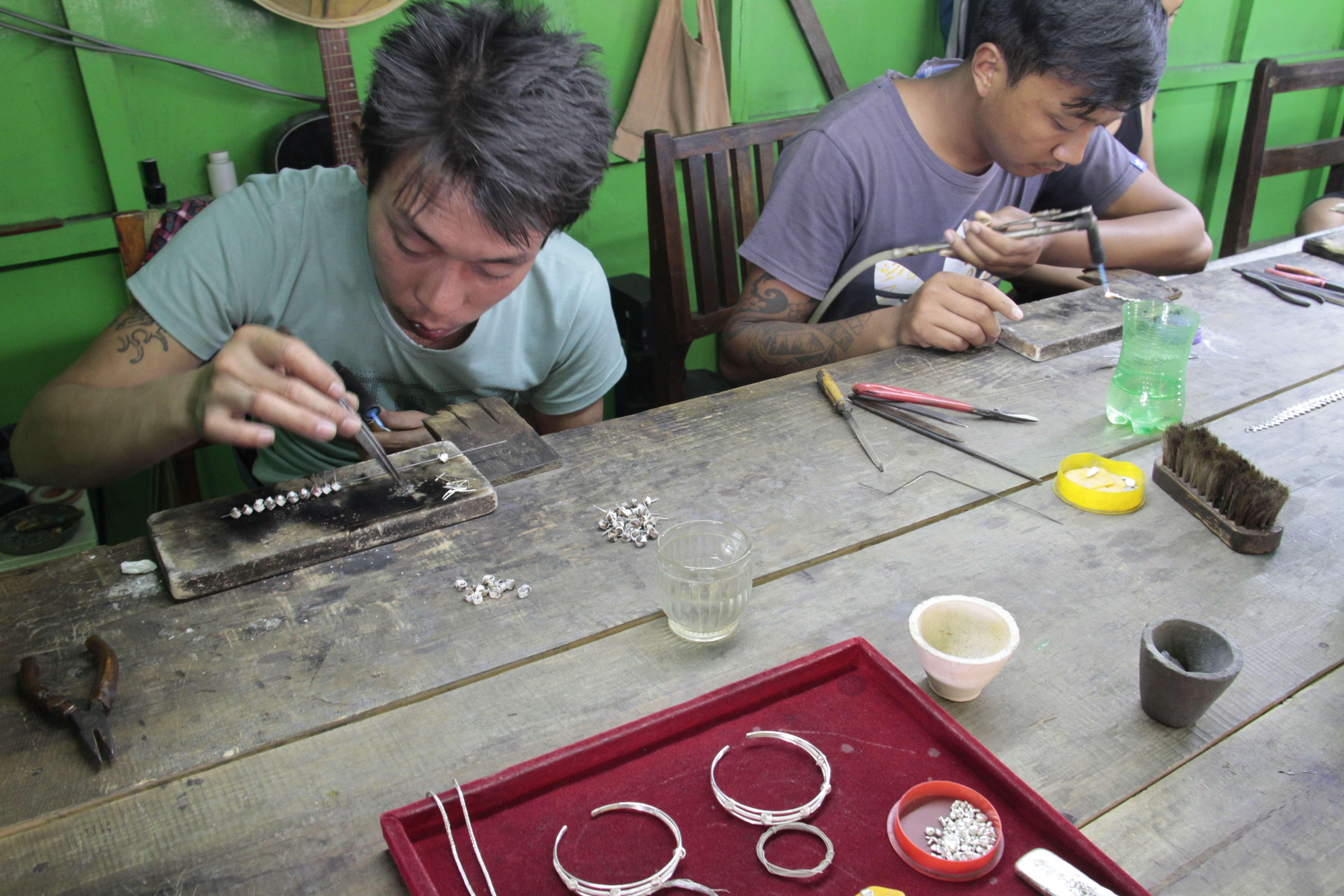 Myanmar fevrier 2019_0694 Inle Indein travail argent