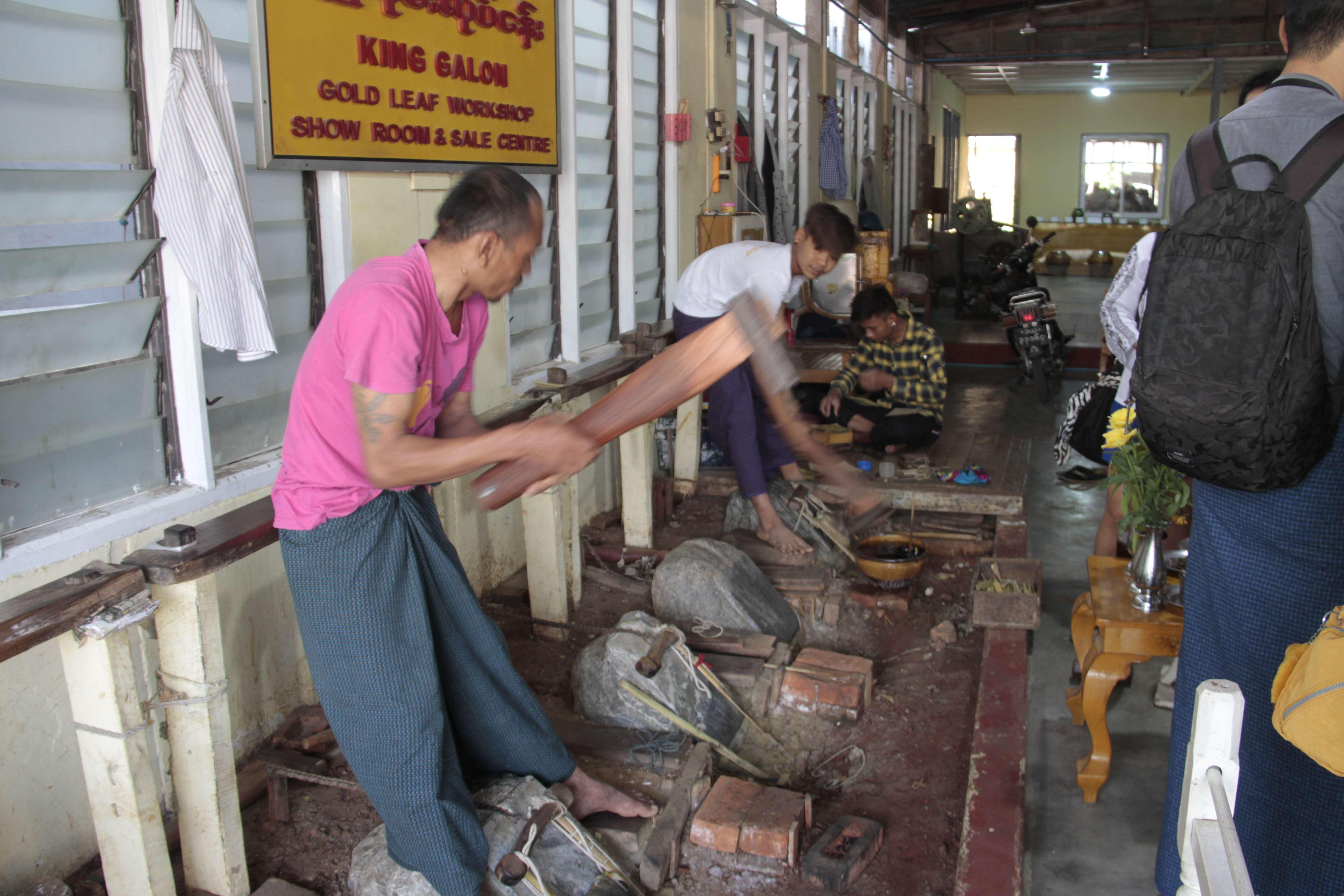 Myanmar fevrier 2019_0930 Mandalay fabricants de feuilles d or