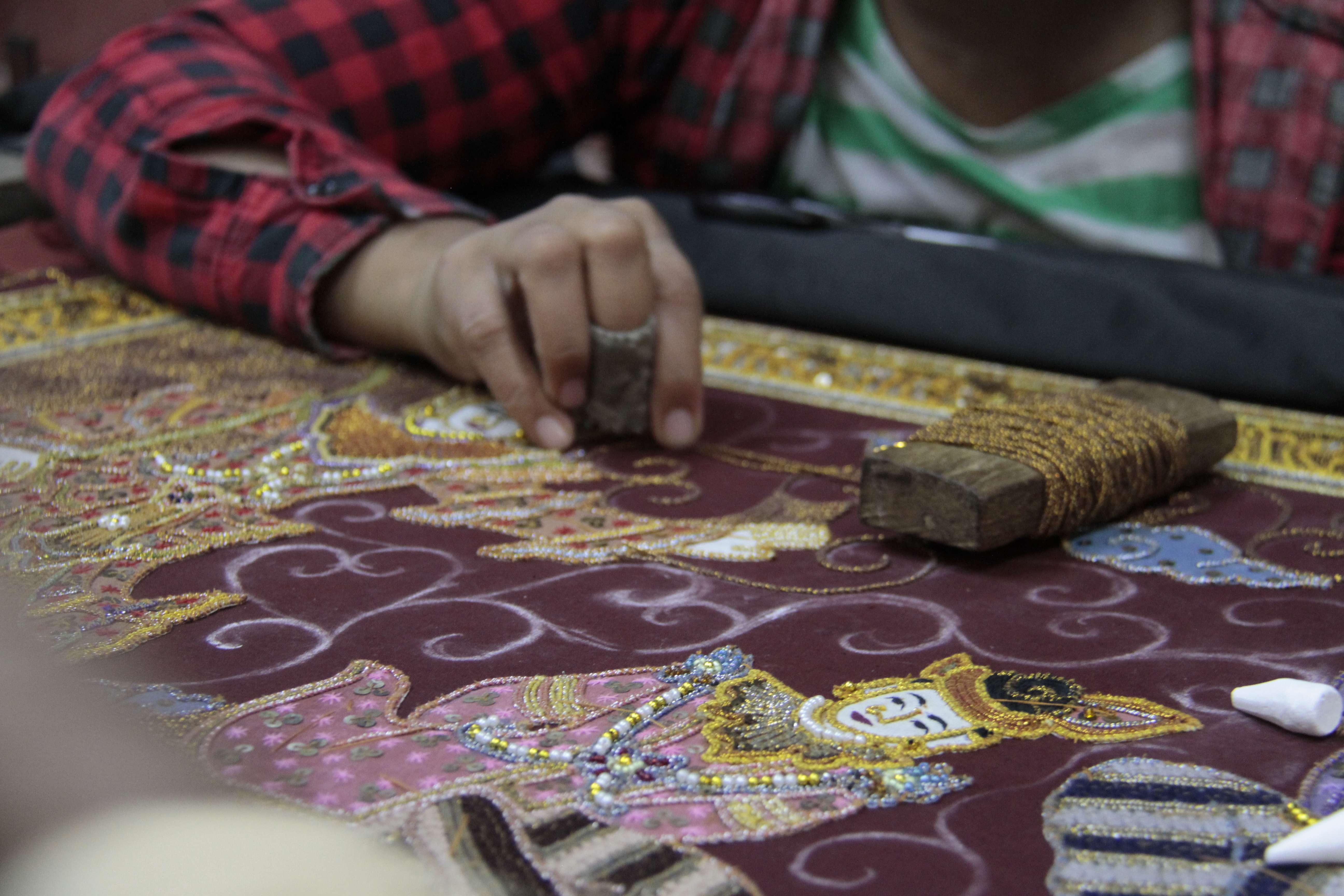 Myanmar fevrier 2019_0948 Mandalay atelier artisan bois et tissus